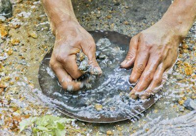 Chercheur d'or dans une rivière