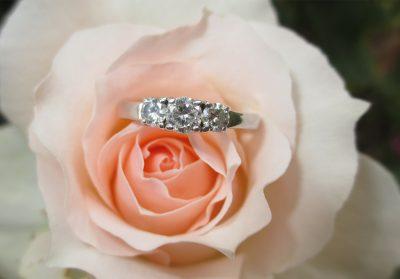 Bague de fiançailles sur une rose